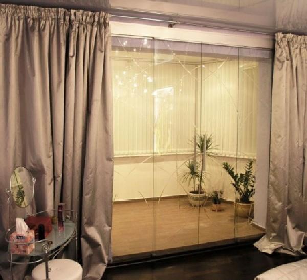 Акриловые портьеры в интерьере гостиной