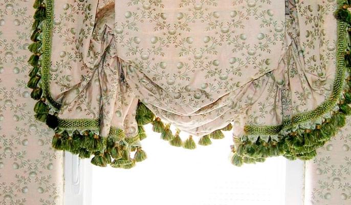 английская штора украшена бахромой