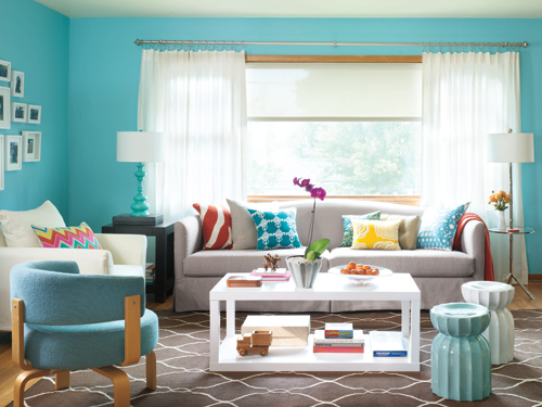 фото белых занавесок в дизайне бирюзовой гостиной