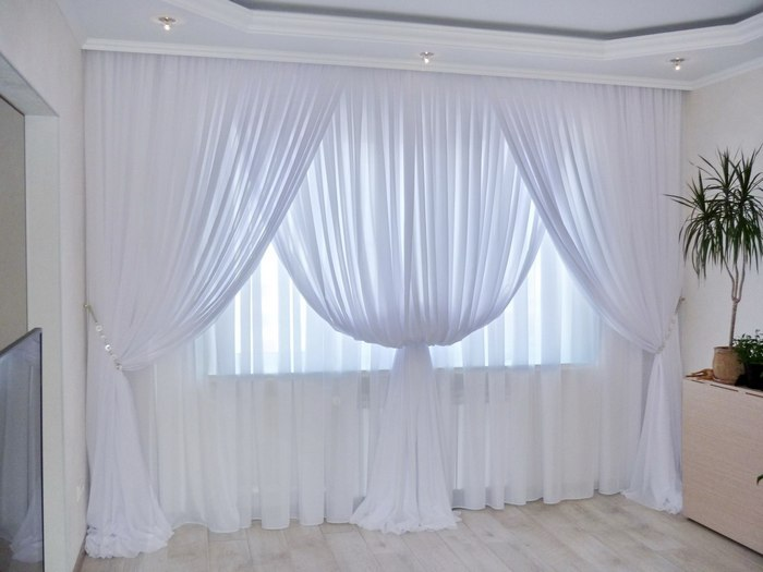 фото белого тюля в гостиной комнате