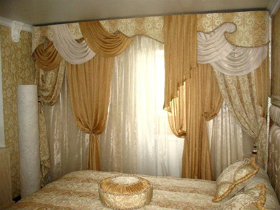 фото бежевых штор с ламбрекенами для спальни