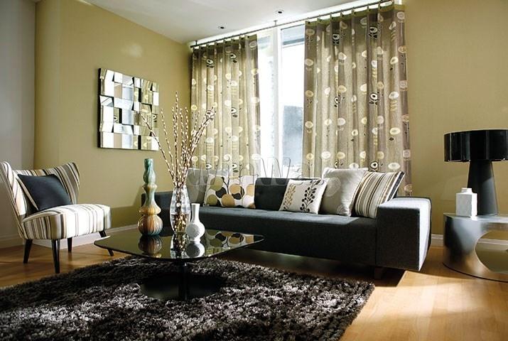 бежево-оливковые шторы в гостиной