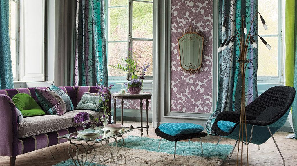 сочетание бирюзовых штор с фиолетовым цветом в дизайне гостиной