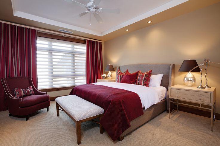 шторы бордового цвета в интрьере спальной комнаты