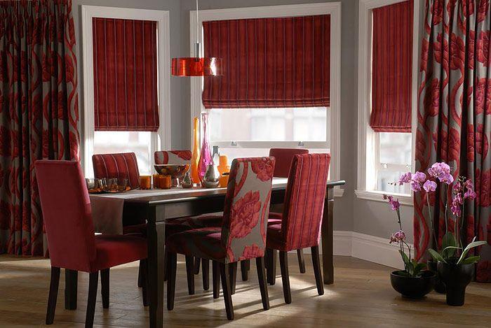 дизайн столовой с бордовыми римскими шторами