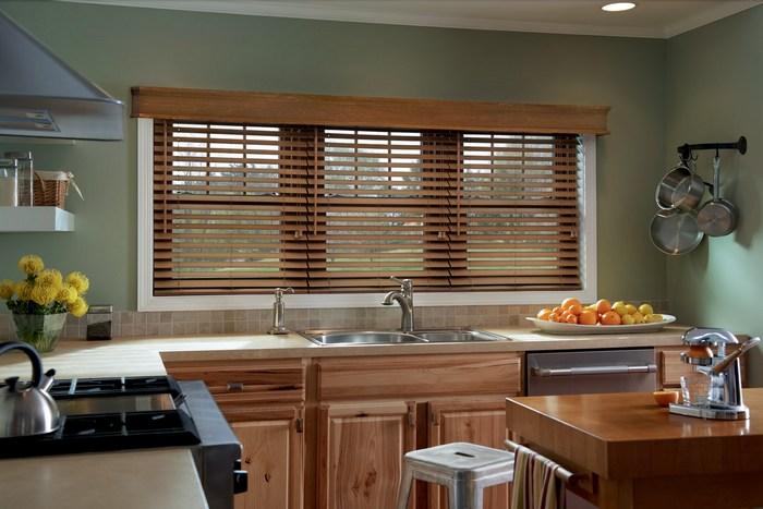 фото жалюзи из дерева в кухне