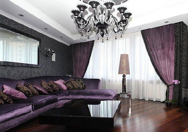 темно-фиолетовые портьеры в черной гостиной