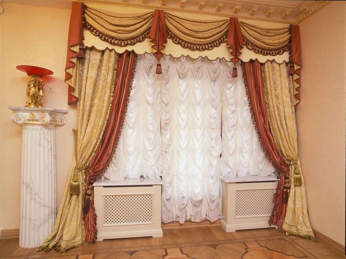сочетание французской шторы с плотными портьерами