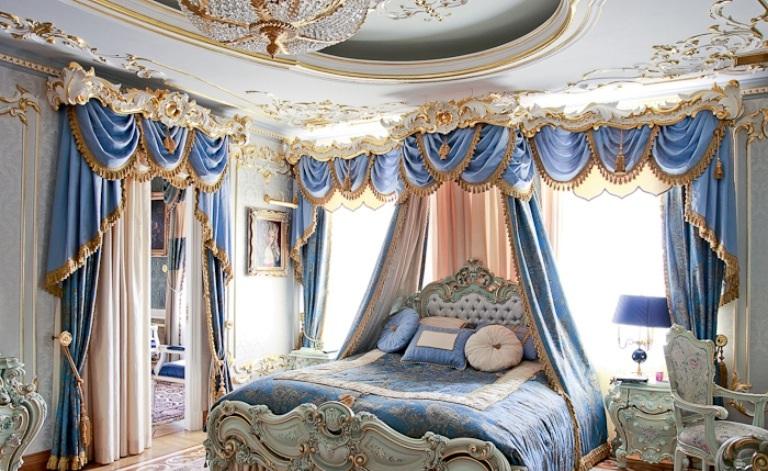 голубые портьеры в стиле барокко в спальне