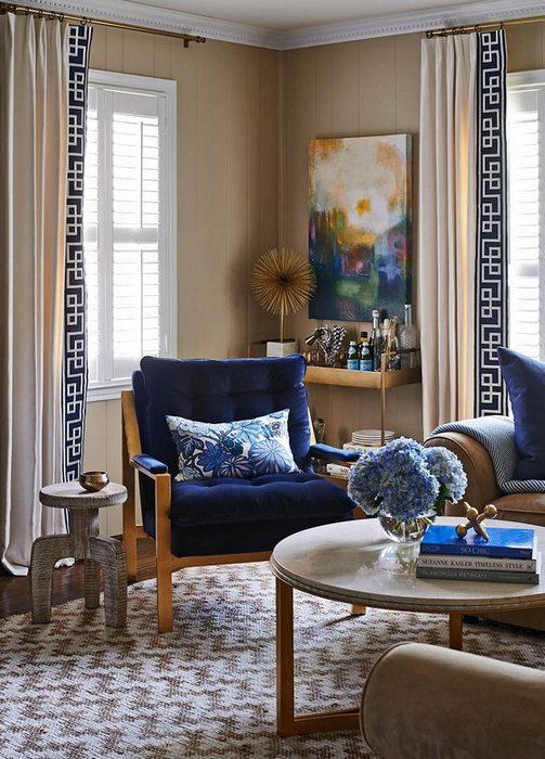 портьеры в греческом стиле в гостиной комнате