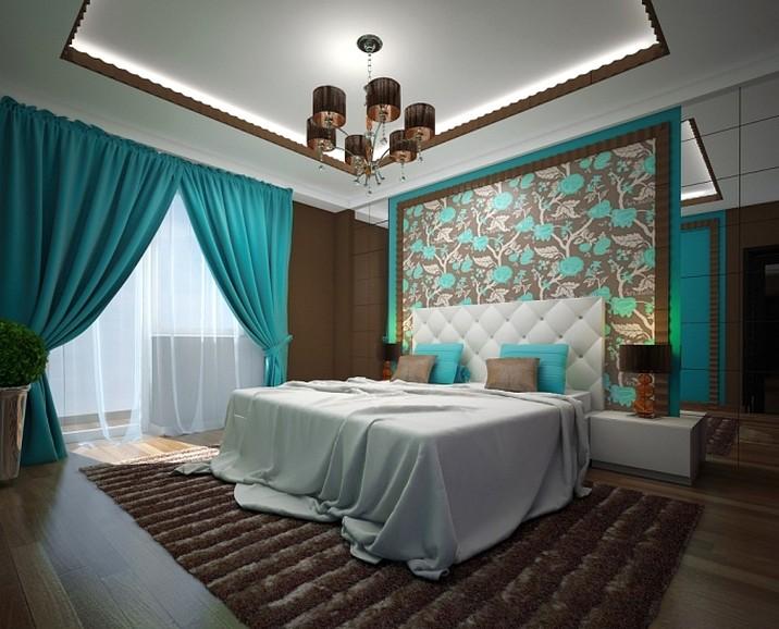 бирюзовые шторы - яркий акцент в большой спальне