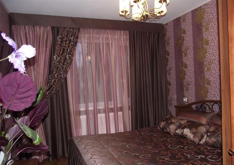 фиолетово-коричневые гардины в спальне