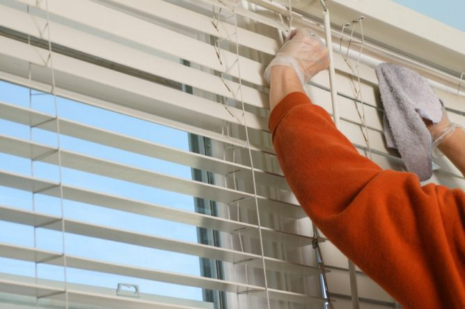 чистка алюминиевых жалюзи в домашних условиях обычной тряпкой