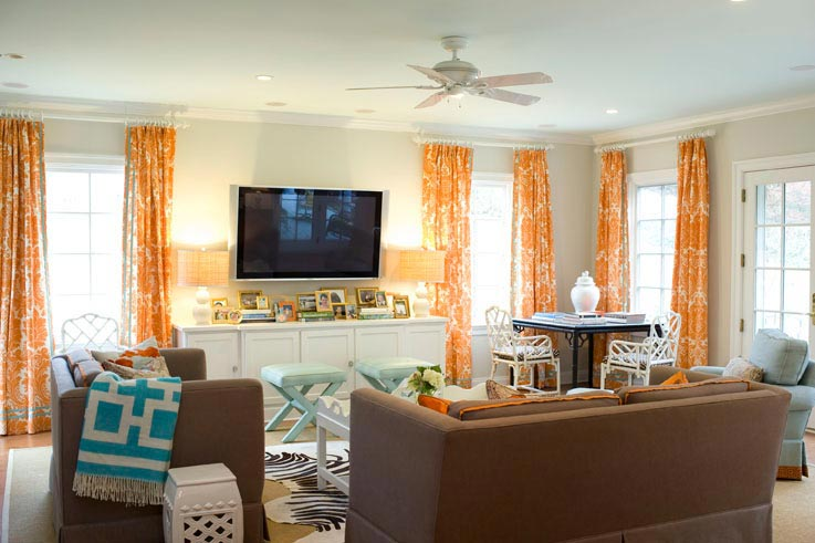 оранжевые занавески в гостиной с белыми стенами
