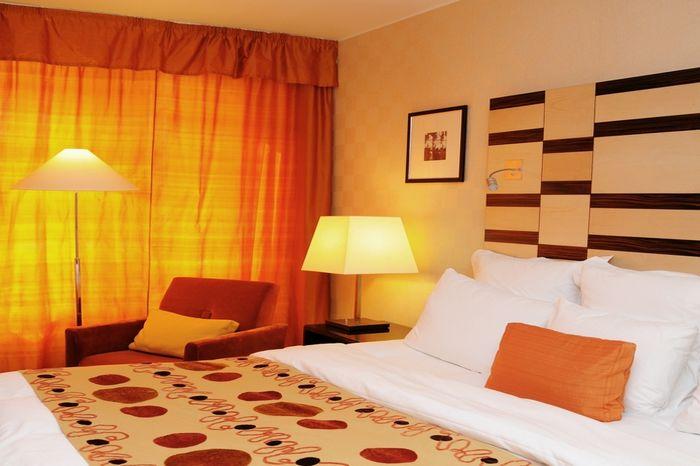 оранжевые гардины в спальной комнате