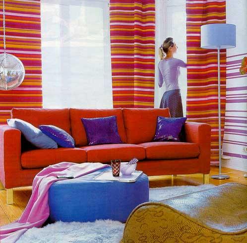 оранжевые шторы в сочетании с фиолетовыми элементами декора гостиной