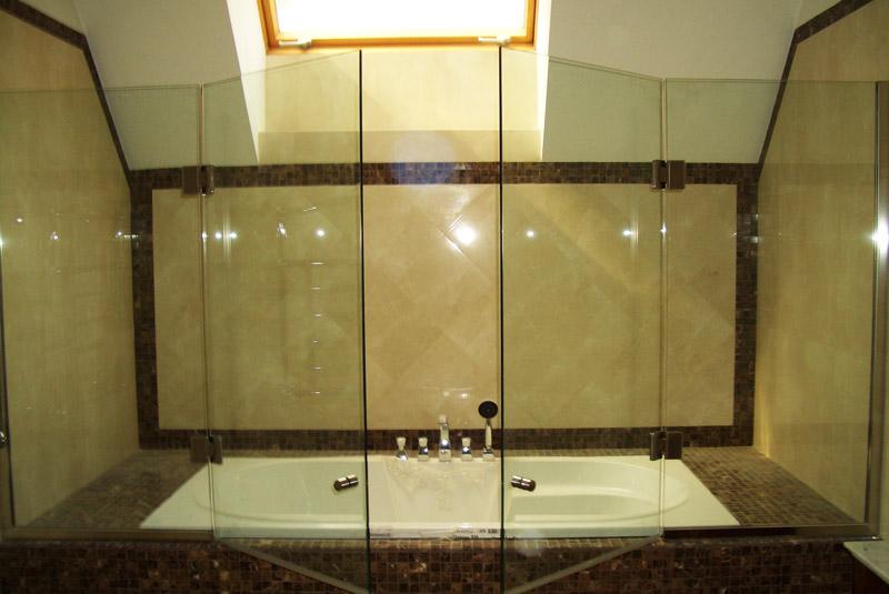 фото распашной стеклянной шторы в ванной