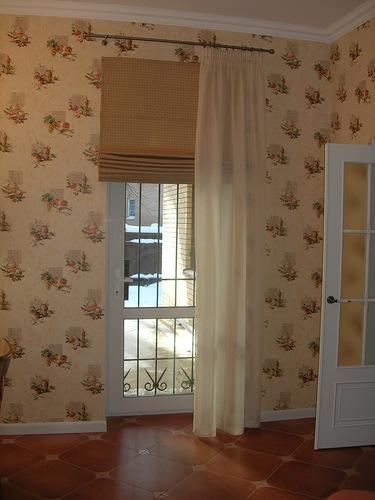 римские шторы в дверном проеме