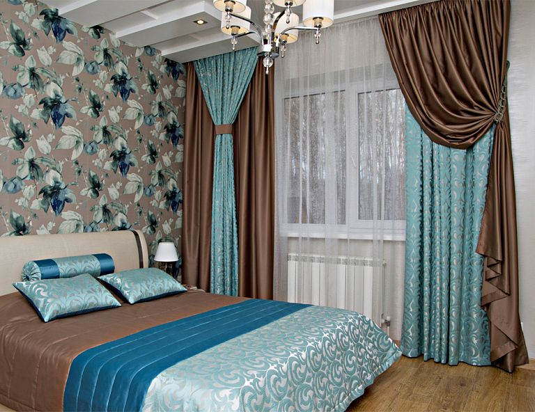 сочетание коричневых и бирюзовых штор в спальной комнате