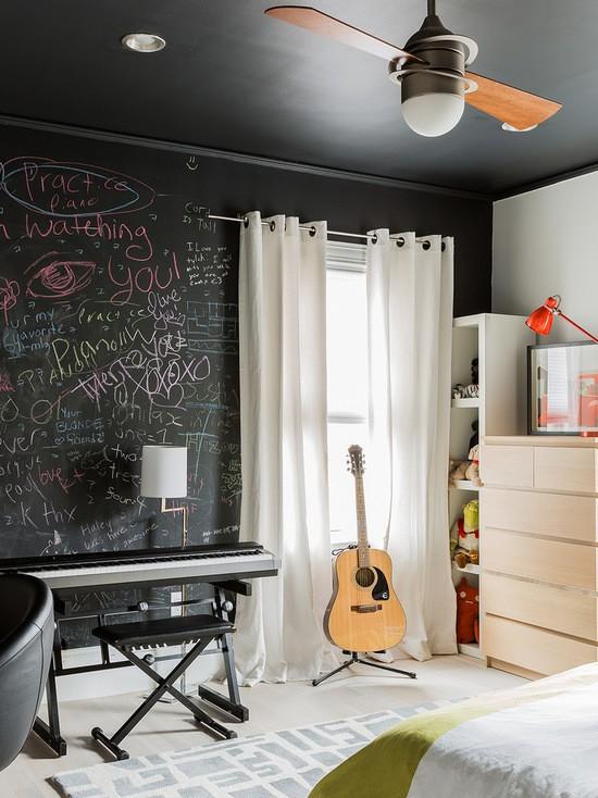 светлые шторы на люверсах в комнате подростка