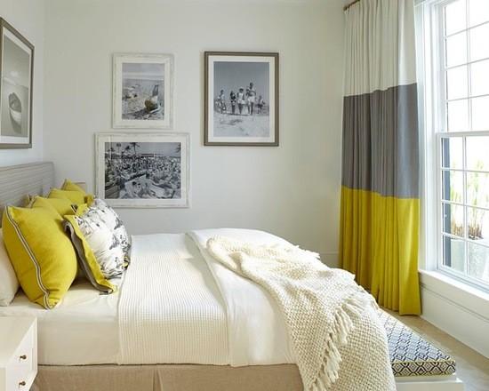 сочетание цвета штор с декоративными подушками