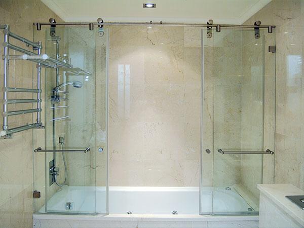 фото раздвижной стеклянной шторы в ванной