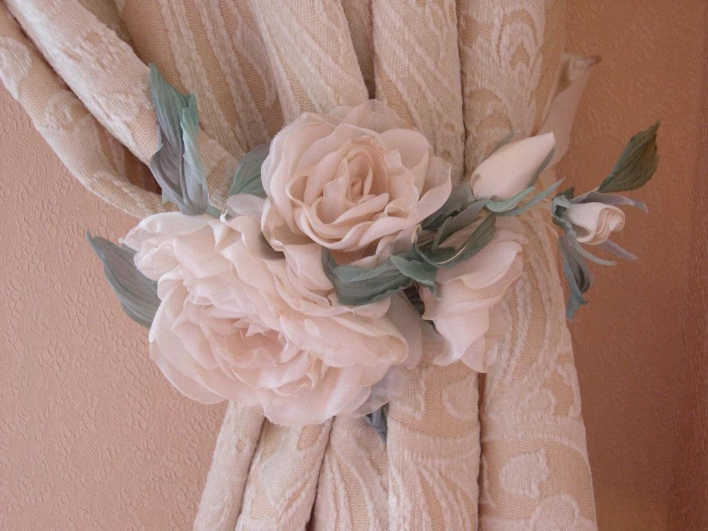 красивый зажим -цветок для классических штор