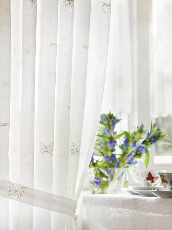 белые тонкие шторы в стиле прованс на кухне