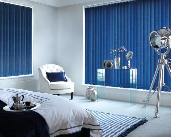 Синие вертикальные жалюзи в интерьере спальни