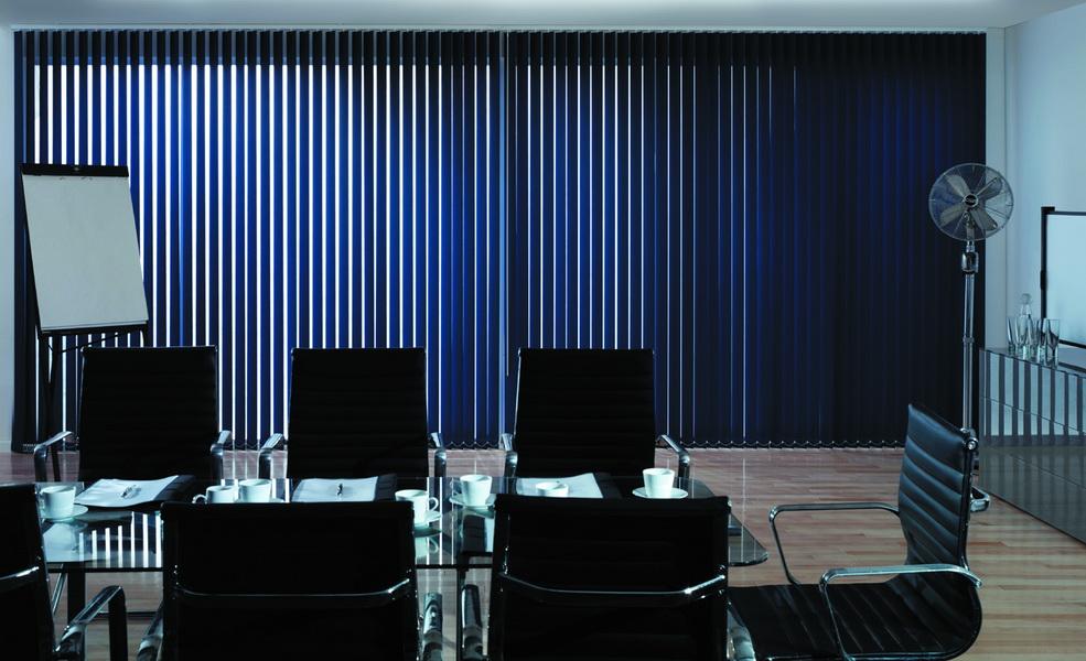 вертикальные жалюзи из ткани блэкаут в офисе