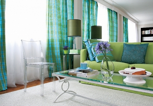 бирюзово-зеленые шторы в гостиной