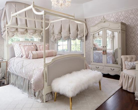 австрийские шторы в светлой спальне