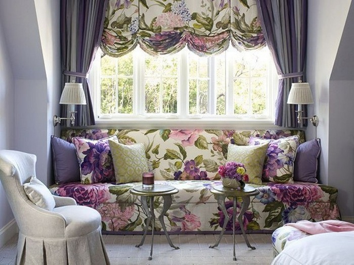 яркие австрийские шторы в гостиной комнате