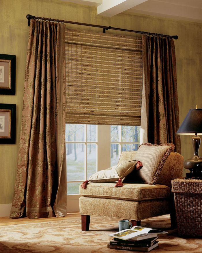 фото жалюзи из бамбука в гостиной
