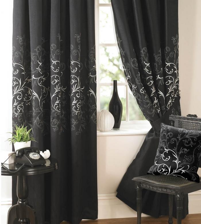 фото черных портьер со светлым орнаментом