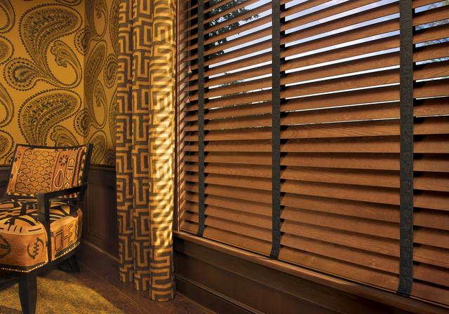 совмещение деревянных жалюзи и тканевых портьер