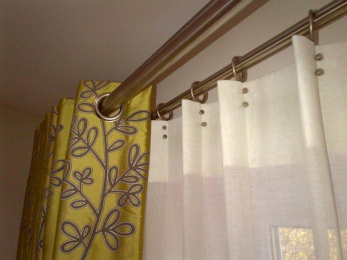 фото металлического карниза для штор на люверсах