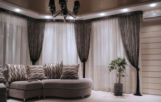 фото штор-нитей в гостиной комнате