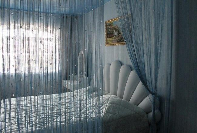 фото нитяных штор с бусинами в спальне