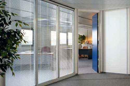 перегородка в офисе со встроенными жалюзи в стеклопакет