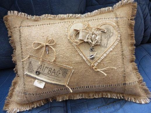 фото декоративной подушки из мешковины