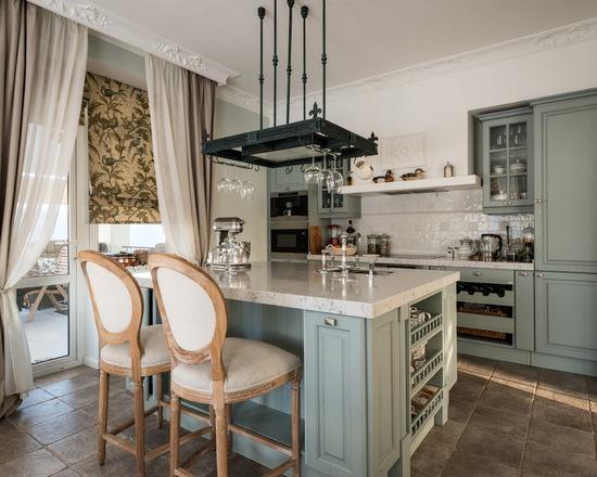 сочетание римских и классических штор в кухне