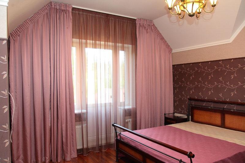 розовые портьеры в спальне