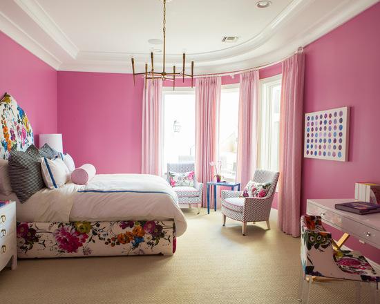 розовые гардины в спальне с обоями розового цвета