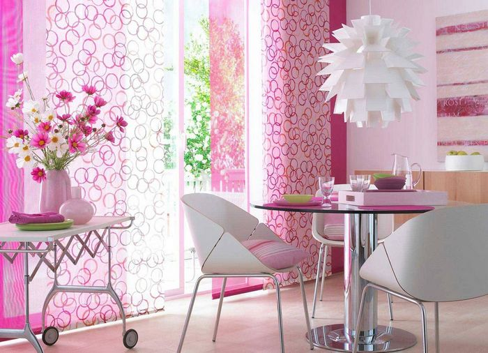 розовые занавески в интерьере кухни