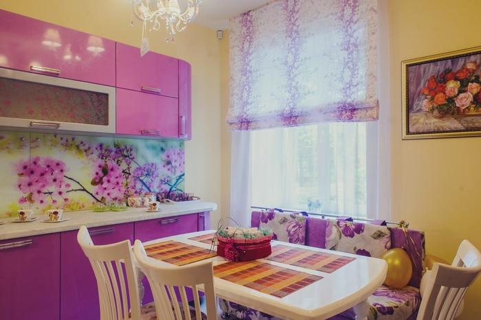 розовая кухня оформлена также и розовыми занавесками
