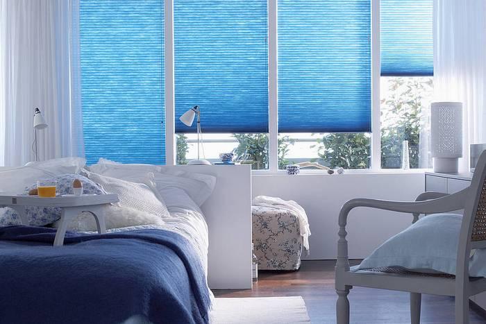фото голубых рулонных штор в интерьере спальной комнаты
