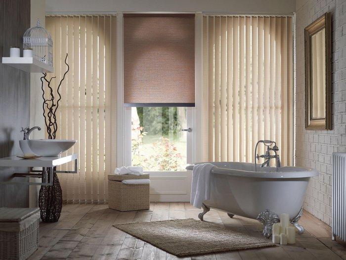 рулонная штора на окне в ванной комнате
