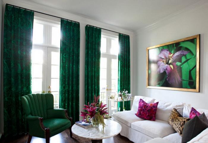 фото ярко-зеленых портьер в гостиной комнате