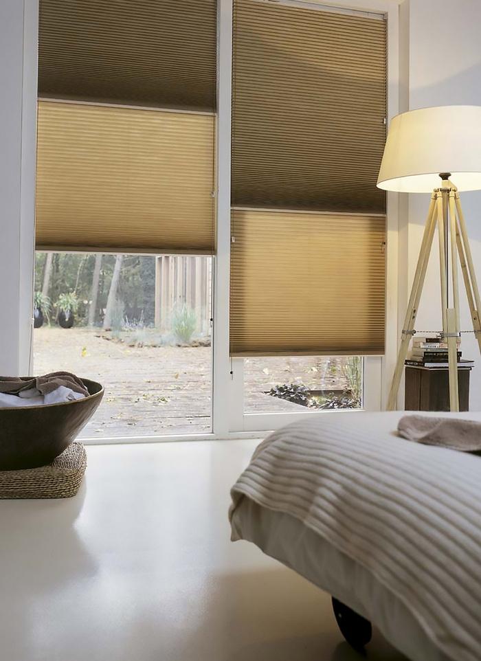 фото штор плиссе день-ночь в солнечной спальне